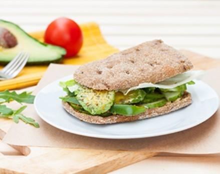avokadolu pancarlı sandviç