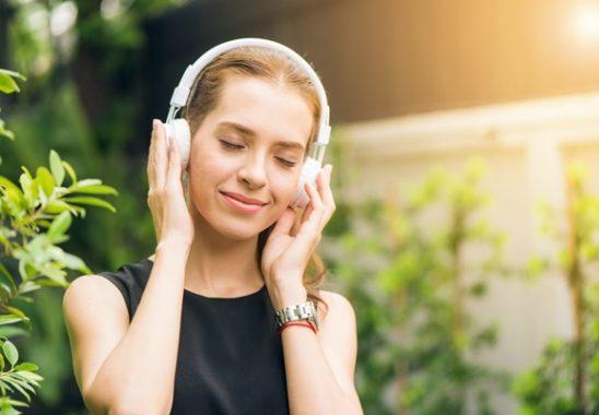 müzik dinleyen kadın