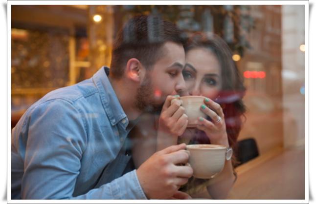 kahve içen erkek kadın